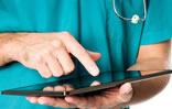 Médico con tableta