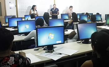 Mujeres se capacitación en computación y redes sociales