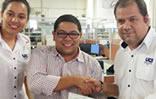 Jhonatan Rodríguez, presidente de StopVIH recibe donativo