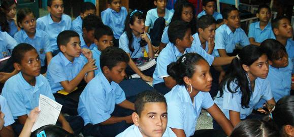 Adolescentes recibiendo charla de prevención de VIH en liceo del municipio Maneiro del estado Nueva Esparta
