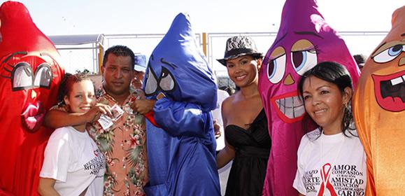 Condones gigantes con alcalde Alfredo Díaz